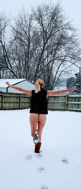 naughtygf2share: Enjoying a naughty snow day 😘 no panties