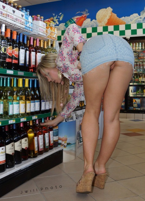 jwillphotography: Public fun? Sure why not! If you haven't... public flashing