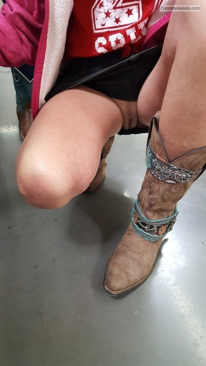 lickydclit: #jeepgirl. #shopping no panties