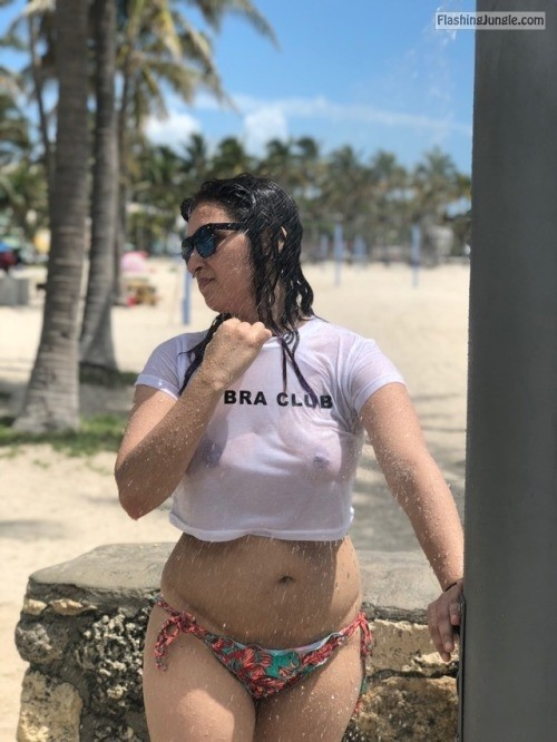 ilovenancymiami:Showering off some sand … the crowd of ppl... public flashing