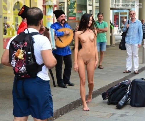 fanofenf:Angelia didn't know why, but everyone said that they... public flashing