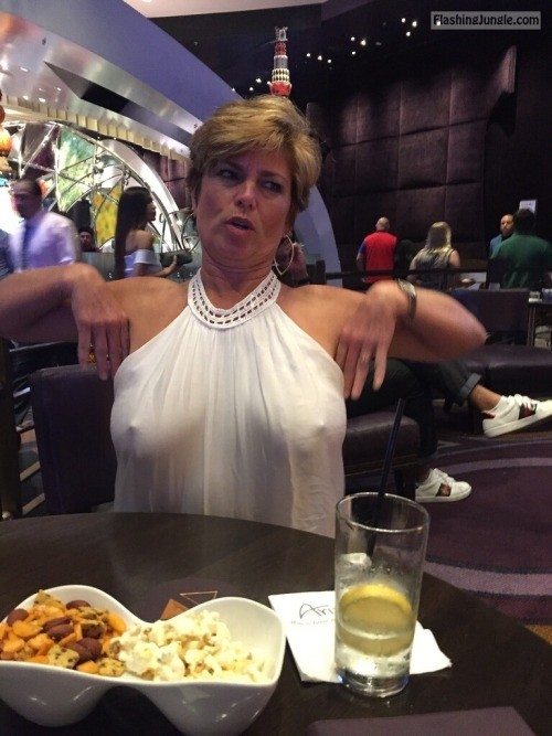 Mature Wife Pokies At The Restaurant Means Hit On Some -4394