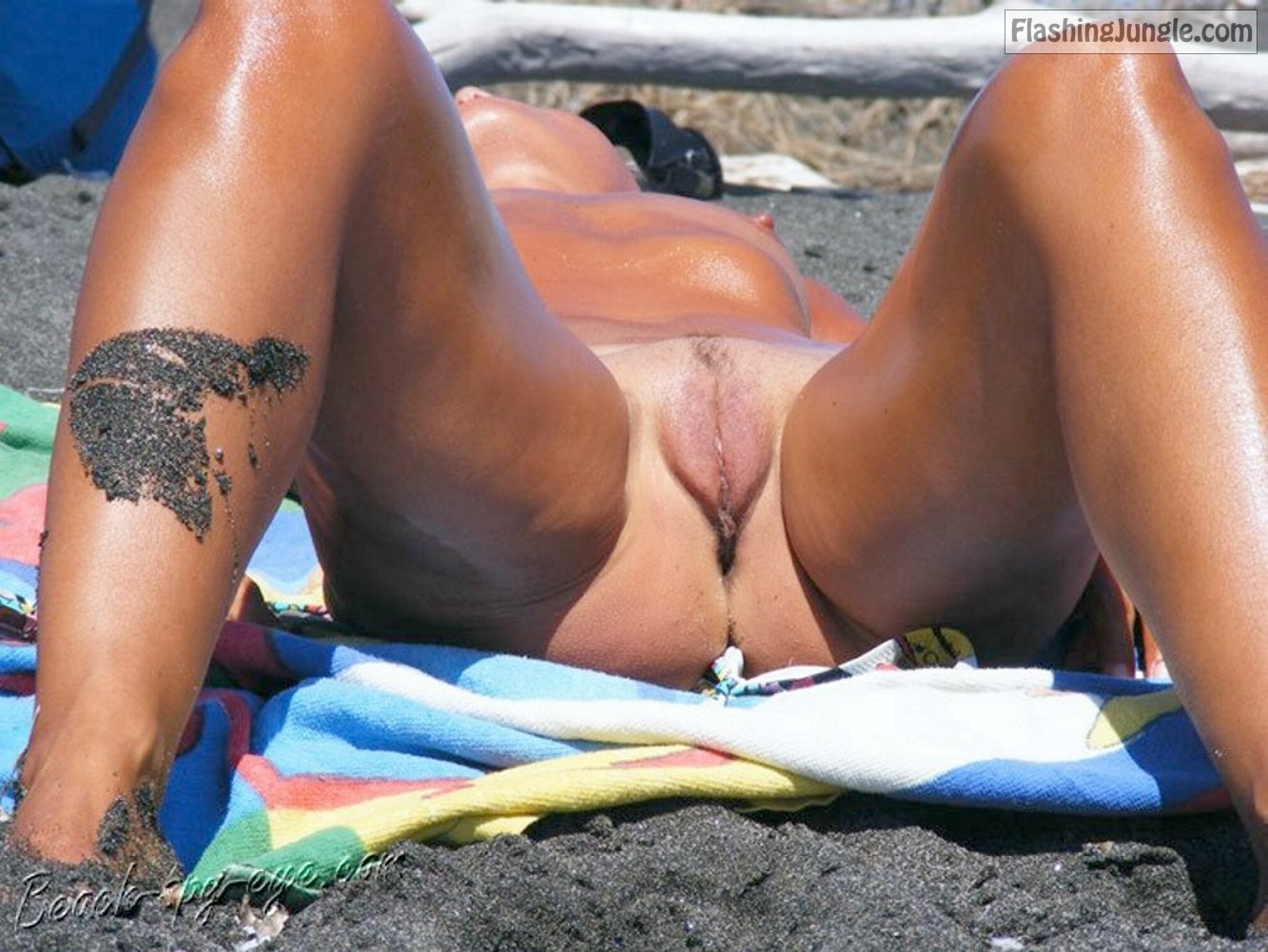 Naked Slut Sunbathing Her Meaty Trimmed Pussy On The Beach -1326