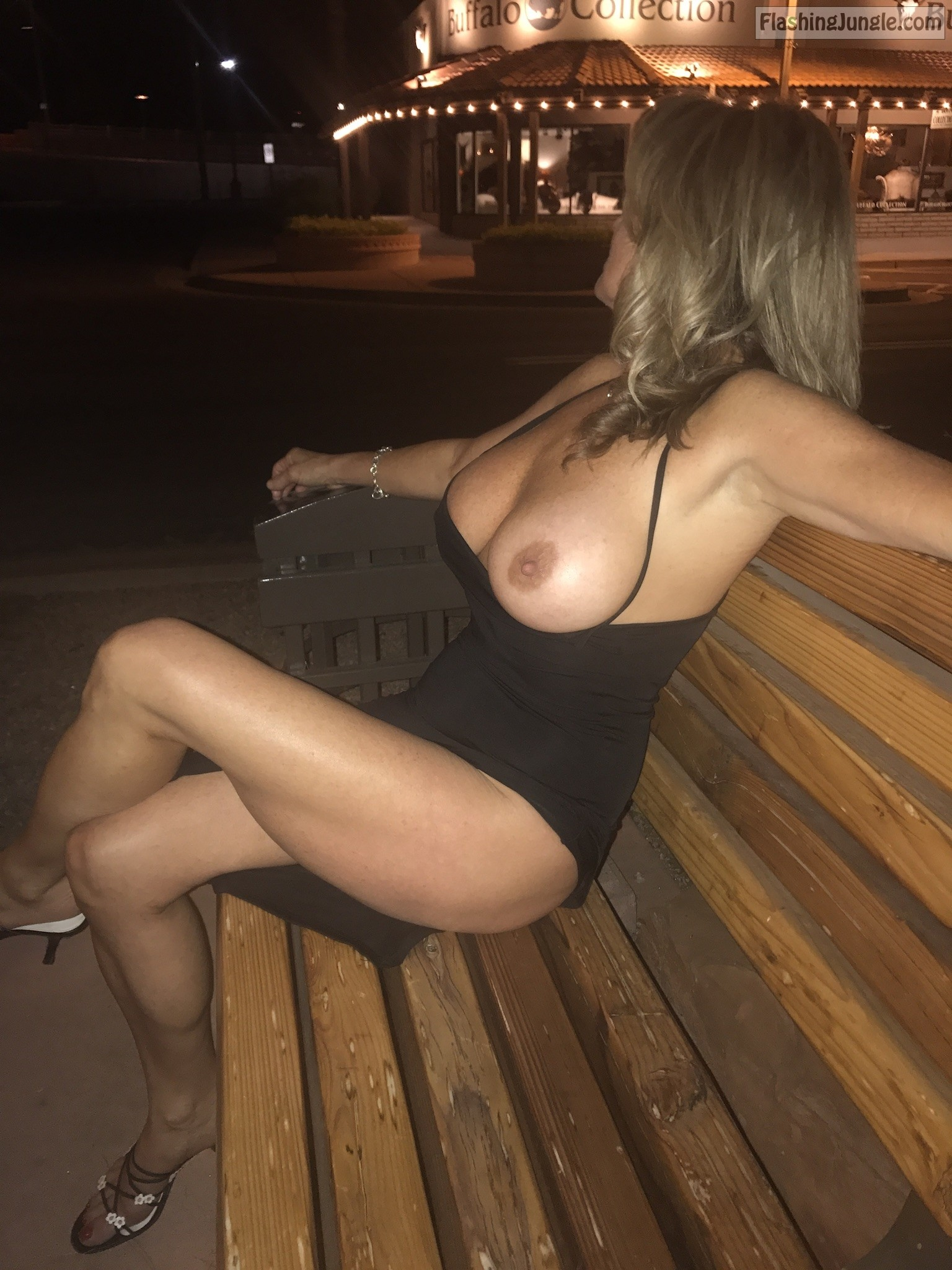 Johns Sexy Wife Flashing Boobs Outdoors Boobs Flash Pics -6015